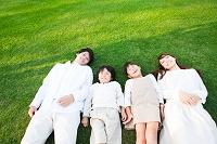 芝生に寝転ぶ日本人家族