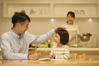 リビング学習する日本人の子供