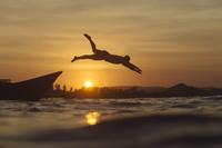 海に飛び込むシルエット