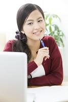 勉強する日本人女性