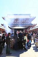 東京都 浅草寺 宝蔵門と参拝客