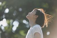 公園を散歩する若い日本人女性