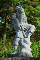 岐阜県 高山市 秋の野麦峠 政井みねが、兄に背負われた石像