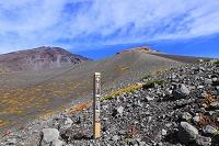 静岡県 富士山 宝永第三火口壁より見る第一火口と宝永山