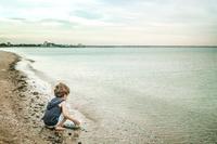 ビーチで遊ぶ男の子