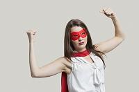 ヒーローのコスチュームを着た外国人女性