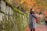 紅葉狩りをする女性