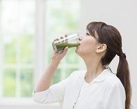 青汁を飲む日本人女性