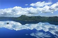 北海道 雲を映す摩周湖と摩周岳