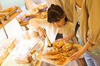 パンをトレイにのせる女の子