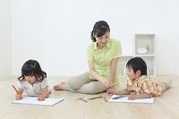 リビングでお絵描きする子供達と見守るお母さん