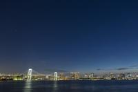 東京都 レインボーブリッジと東京湾岸のビル群の夜景