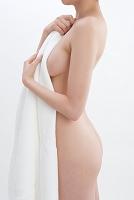バスタオルで肌を隠したヌードの女性