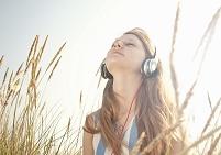 音楽を聴く外国人女性