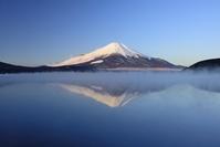 山梨県 山中湖に映る富士山