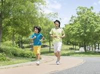 ジョギングする父と子