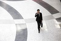 電話をするビジネスマン 俯瞰