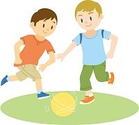 サッカーで遊ぶ欧米系男子と日本人男子