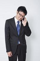 携帯電話で謝罪するビジネスマン