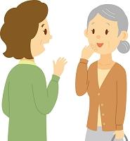 立ち話をする日本人のシニア女性と中高年女性