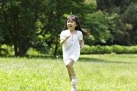 緑の中を走る女の子