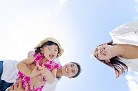 公園で遊ぶ娘と両親