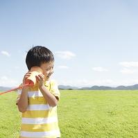 糸電話で聞く日本人の男の子