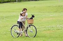 犬と遊ぶ母親と娘
