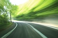 青森県 流れる新緑の道