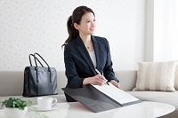 書類を見せる日本人ビジネスウーマン