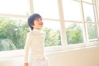 窓辺に立つ日本人の男の子