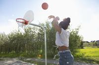 ストリートバスケを楽しむ若い女性