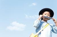 ハーモニカを吹く日本人の男の子