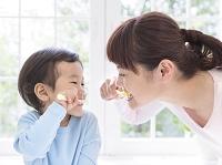歯磨きをする日本人親子