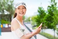 ランニングウェアで携帯を持つ日本人女性