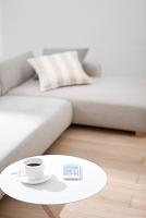 サイドテーブルの上のコーヒーとスマートフォン
