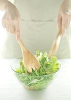 サラダを混ぜる