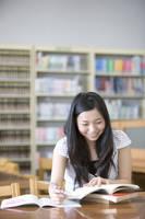 図書館で勉強する女子大生