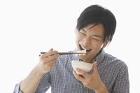 ご飯を食べる笑顔の若い男性