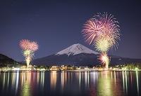 山梨県 河口湖に上がる花火と富士山