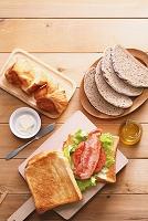 色々なパンの朝食