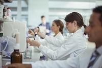 研究室でピペットを使う科学者