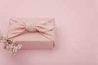 ピンク色の風呂敷包と桜の花