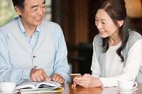 ガイドブックを見る中高年夫婦
