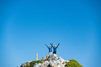 五竜岳山頂の女性登山者