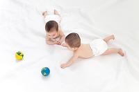 双子の赤ちゃんと地球儀