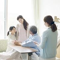 祖父のお見舞いに来た親子と看護師