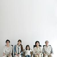椅子に座り微笑む3世代日本人家族