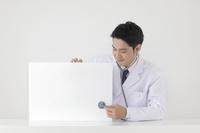 メッセージボードを持つ医師