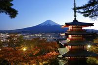 山梨県 秋の新倉山浅間公園から見る忠霊塔と夕刻の富士山
